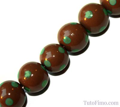 Perles Fimo marron à pois vert